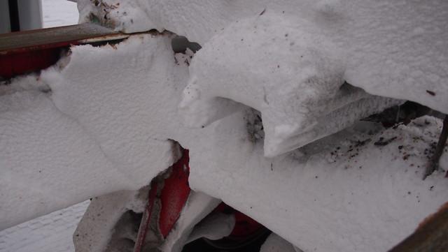 Ajoviima nostattaa ja muuraa lumen lähes kaikkialle auton ja perävaunun alustaan ja päällirakenteisiin.