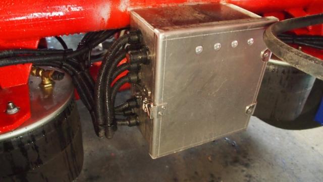 Alumiininen sähkörasiakotelo kestää ja liitokset toimii.
