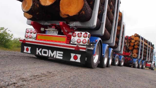 Yhdeksän akselia ja 76 tonnia kokonaispainoa ja paljon puuta kuormassa.