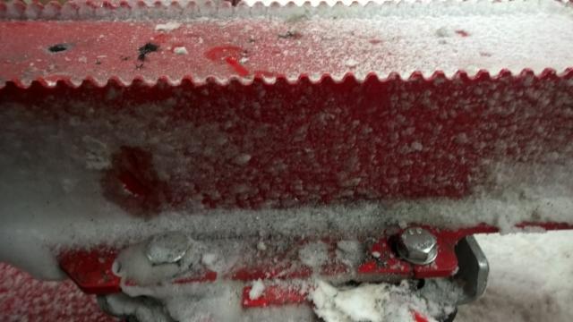 """Rautahammastus puree alhaalta ja tolppien terävät liukuestesermit sivuilta.- Nykytekniikka tuli """"tonniluokkaan""""."""