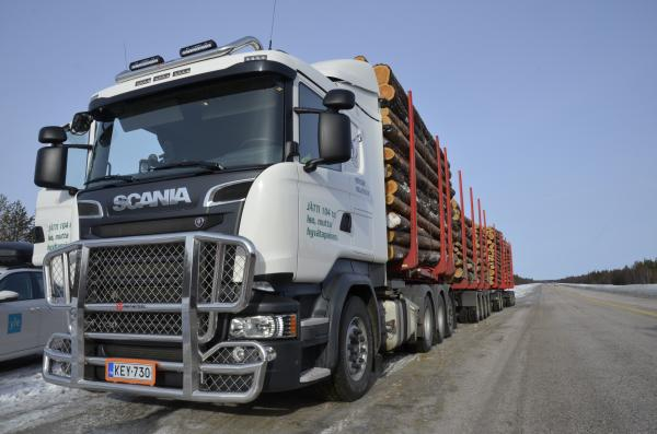 Jättirekka 104 tonnia. Euroopan suurin puutavarayhdistelmä Metsähallituksen ajossa.