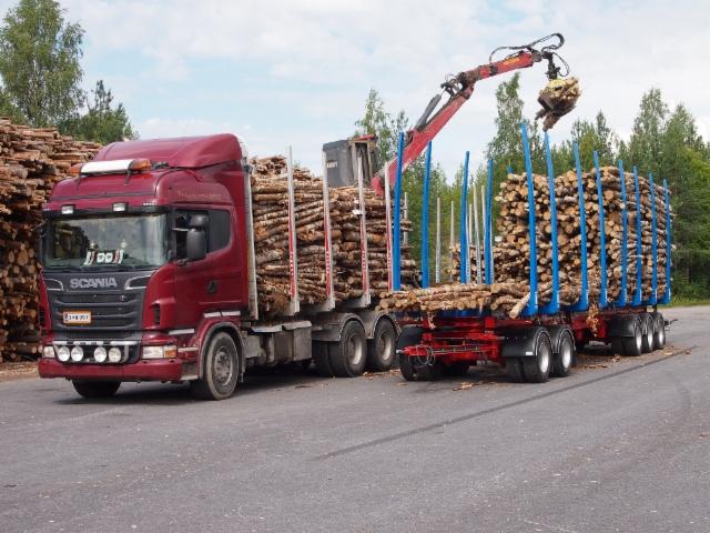 Vasemmalla yhdistelmä, jonka koko kuorma lastataan nelinippuiseen perävaunuun.