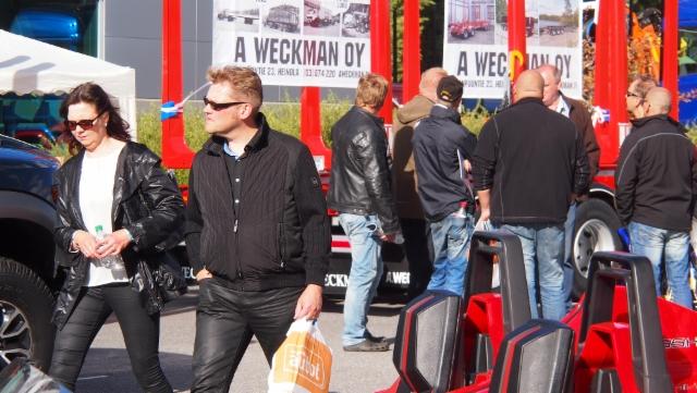 Weckmanin vaunu sai kiitosta.Matti Heiman lupasi ottaa nyt vaihdossa asiakkaitten hitsikoneet, kun ne Weckmankäyttäjillä ovat tarpeettomia.