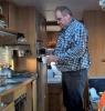 Kahvia kaadetaan tarkasti , ja tarvittaessa maitovata. Kaatajana maitopoika ( ei käytä koskaan maitoa) Herra Hirvi.