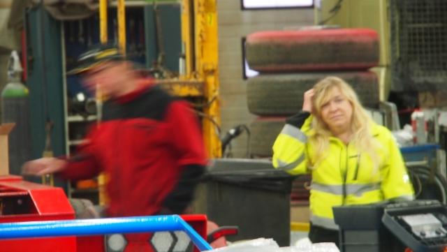 Villen vaimo hoitaa osaltaan paperirutiineja ja ajaa aktiivisesti myös puutavara-autoa.