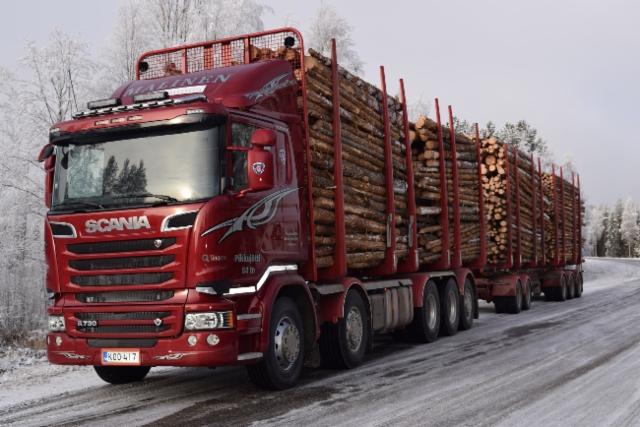 Koilliskairan kulkija : Malisen Olavin 84/76 tonninen raakapuujuhta.