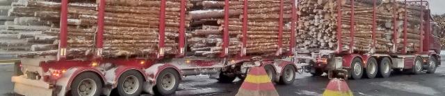 Kummenen akselia ja max.84 tonnia, 76 tonnisena kaikki reitit. Oma kuormaus ja tosi iso kuormatila kevyessä yhdistelmässä.