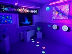 Loistava UV-taidenäyttelyn yleiskuva