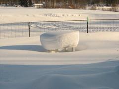 yksinäinen pöytä lumen keskellä