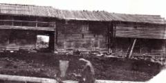 Tissarinkylän Pirttimäen talon ulkohuoneriviä 1700-luvulta. Kuva: Anna-Lisa Lindelöf 1914.
