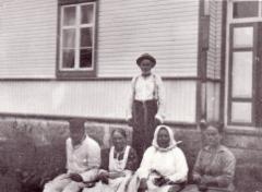Tissarin talon väkeä. Kuva: Anna-Lisa Lindelöf 1914.