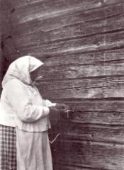 Ruusa Tissari seinävyötä kutomassa. Kuva: Anna-Lisa Lindelöf 1914.