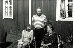 Oikealla Elsa Saastamoinen Väinö ja Eeva Tissarin kodin seinustalla.