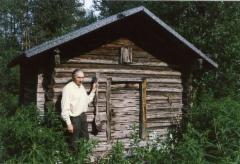 Meikkulan aitta vuodelta 1794 ja Erkki Tissari 23.7.1988.