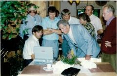 Taloudenhoitaja esittelee lukuja tietokoneelta.