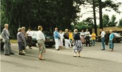 Kokousvakea  koulun pihalla