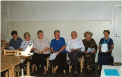 Sukukokoukseen 2001 osallistuneita.