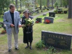 Kukat Tahvo Tissarin haudalle. Veikko ja Pirkko.