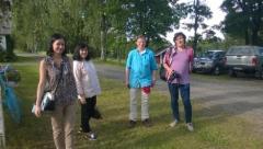 Millerin perhe Moskovasta isoisänsä syntymäkodissa Tenkkelissä