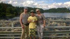 Allan, Malik ja Firuza Kuusaan kosken sillalla Laukaassa