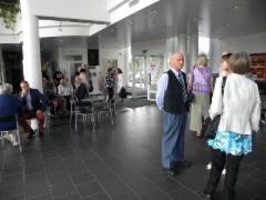 Juhlavieraiden vastaanotto Kangasniemen kunnanviraston aulassa