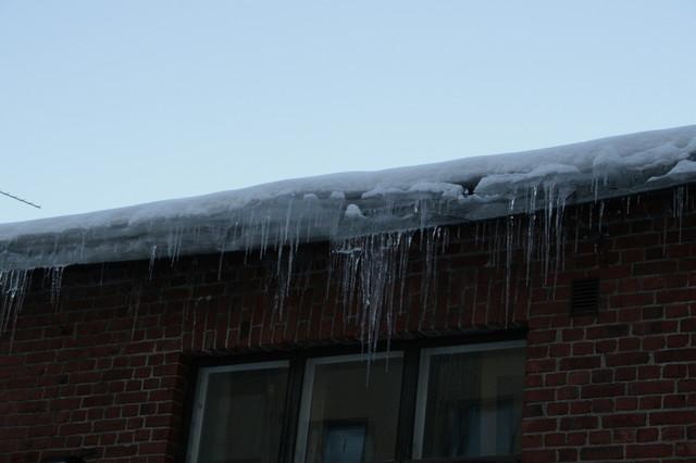 Talojen lämpövuodot aiheuttavat jään kertymistä räystäille, joka on syytä poistaa ajoissa