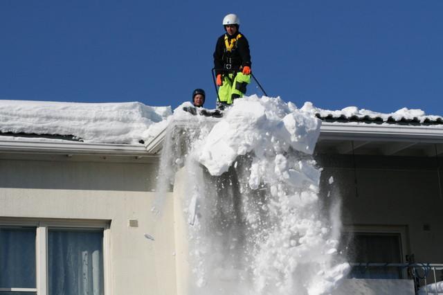 Oikeilla varusteilla ja ammattitaidolla varustettu ryhmä huolehtii katon huollon myös talvella