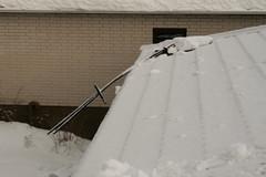 Poistetaan lumet ajoissa niin säästytään materiaali- ja henkilövahingoilta