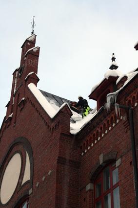 Jyrkällä katolla täytyy toimia turvallisuudesta huolehtien