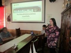 Merja Tuovinen kertoi aurinkosähköjärjestelmästä maatilalla.
