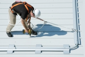 Uniline_roofsafe_rail_worker.jpg&width=280&height=500