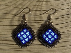 helmikirjotut korvakorut 'kukka' sinimusta - beaded earrings 'flower' blue-black