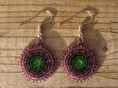 helmikirjotut korvakorut 7  lila.vihrea - beaded earrings purple-green