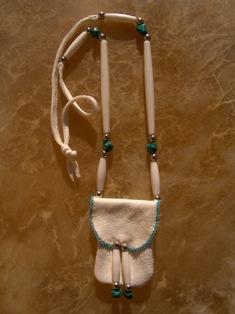amulettikukkaro peuranluu 1 - medicine bag deer bone 1