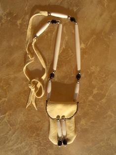 amulettikukkaro peuranluu  3 - medicine bag deer bone 3