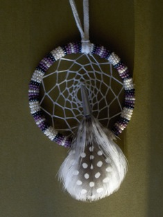 helmikirjottu unisieppari valk-lila. beaded dream cather white-purple