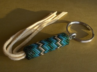 helmikirjottu avaimenpera sinivihrea. beaded key ring blue-green