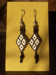 intiaanikorvakorut mustavalk. - indian earrings black and white
