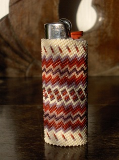 helmikirjottu sytkarinsuojus punavalk. - beaded lighter case red-white