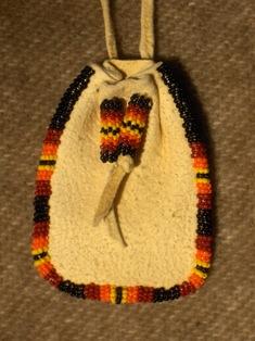 amulettikukkaro musta-puna-kelta-oranssi