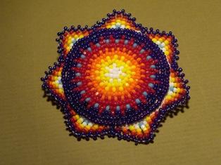 helmikirjottu rintaneula sin-oranssi