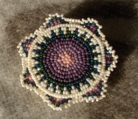 helmikirjottu rintaneula lila-valk