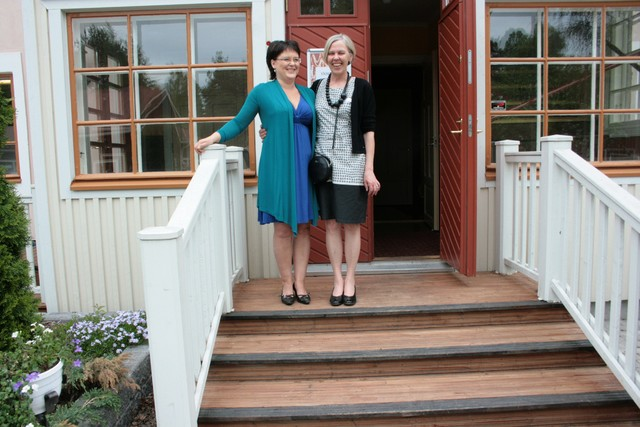 Merja Riikonen ja Pirjo Hynninen Uppalan portailla