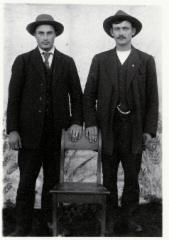 kaksi nuorta miestä
