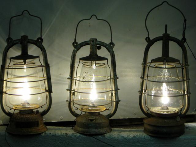 Minä vuonna tuli käyttöön sähkövalo eli milloin yleistyivät sähkölamput? Milloin ensimmäinen öljylamppu tuli käyttöön ja milloin ne yleistyivät? Kiitos…