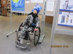 Lapsi pyörätuolissa.