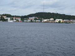 Kaupungin rantaa.