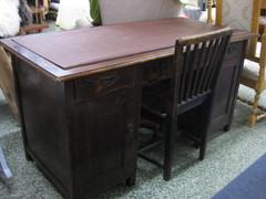 kirjotuspöytä ja tuoli