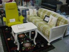 Persoonallisia vanhoja kunnostettuja tuoleja ja sohvia...