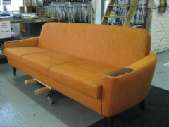 60-luvun sohva verhoiltuna